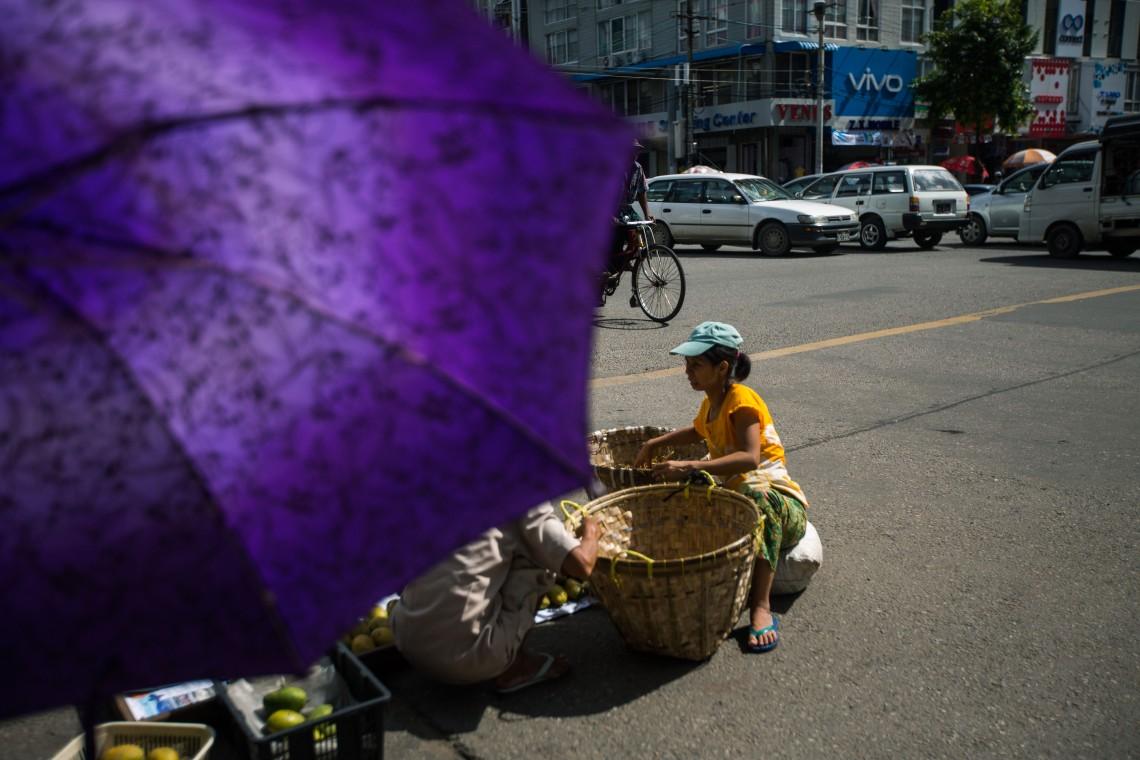 Vendeuses de fruits, Downtown, Yangon