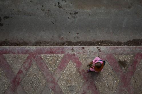 Une nonne dans les rues du Downtown, Yangon