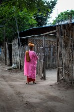 Nonne faisant son tour du matin, Nyaung U