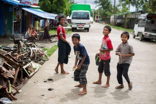 Enfants à Sittwe, jouant avec leurs tongs