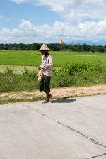 Une passante dans le centre ville de Nay Pyi Taw
