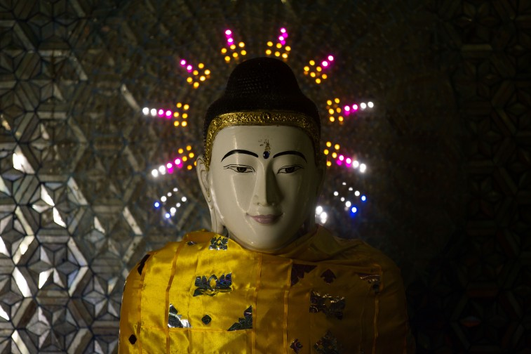 Buddha et son aura de toutes les couleurs