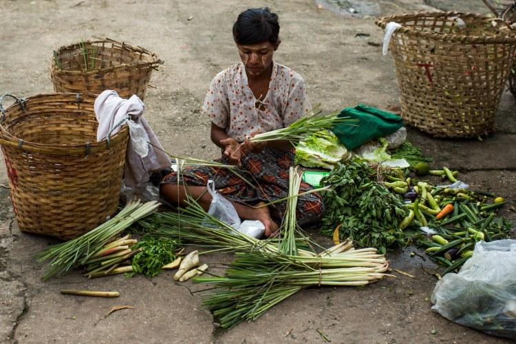 Vendeuse sur les quai d'une gare, Circular Train, Yangon