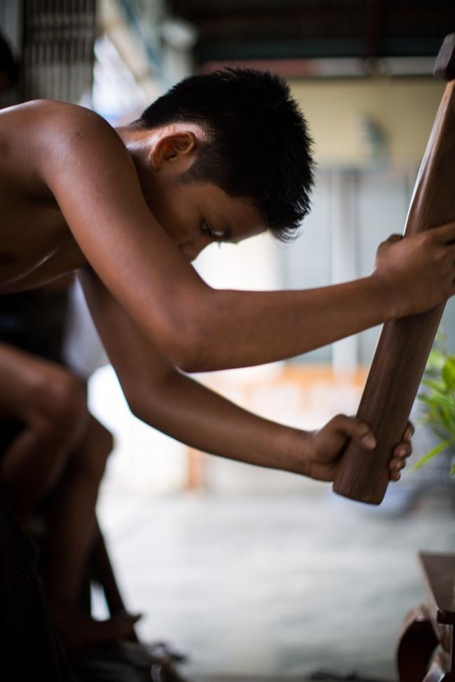 Jeune homme de 14 ans travaillant dans une fabrique de feuilles d'or, Mandalay