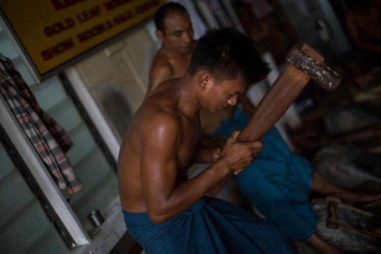 Un homme dans une fabrique de feuilles d'or, Mandalay