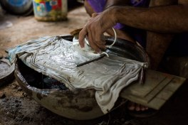 Artisan argentier à Sagaing