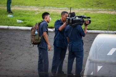 Non non c'est bien un caméraman et pas un militaire.