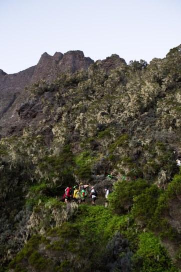 Une équipe avec une joelette monte le Taïbit. KM74